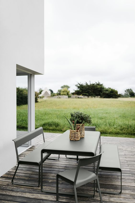 minimalist outdoor dining room